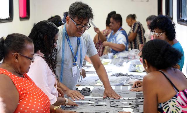 Mulheres do bairro de Santo Amaro participam de Oficina de Design Sustentável na sede da Compesa