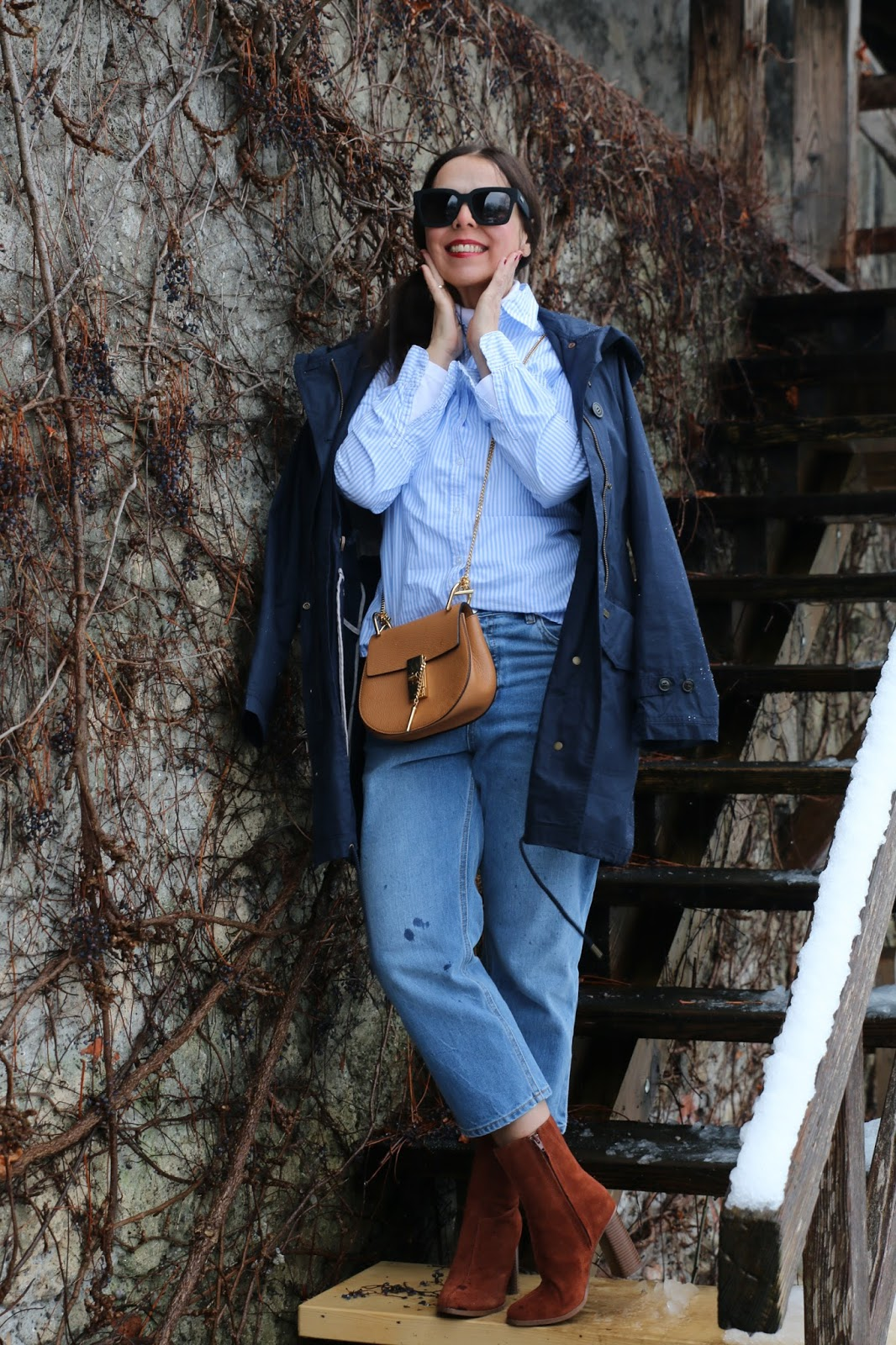 Outfit black glasses, blue-white striped shirt, blue Windsor jacket, cognac Chloe Drew, brown boots, blue mom denims