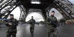 Σε κατάσταση συναγερμού είναι οι Αρχές στην πόλη του Παρισιού και συγκεκριμένα στον Πύργο του Άιφελ  οπού και  διέταξαν την εκκένωση του σύ...