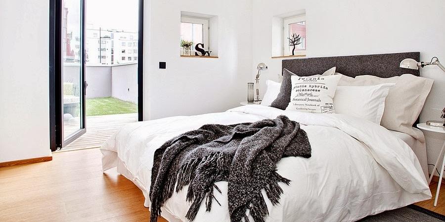 Białe wnętrze z czarnymi i niebieskimi akcentami, wystrój wnętrz, wnętrza, urządzanie domu, dekoracje wnętrz, aranżacja wnętrz, inspiracje wnętrz,interior design , dom i wnętrze, aranżacja mieszkania, modne wnętrza, styl skandynawski, scandinavian style, białe wnętrza,