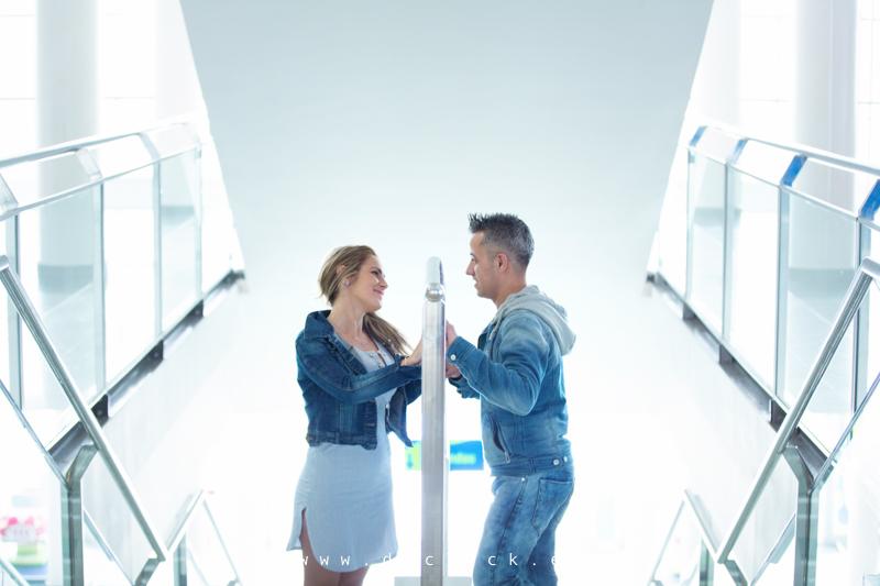 pareja en centro comercial