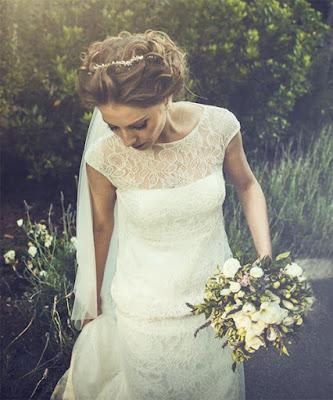 Teresa luce su tocado de novia rodeada de la naturaleza desbordante de Mallorca