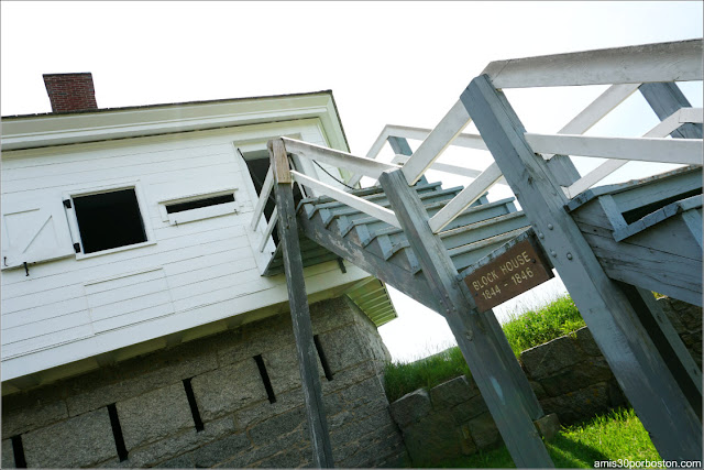 Escaleras Exteriores del Block House en el Fort McClary State Historic Site en Kittery, Maine