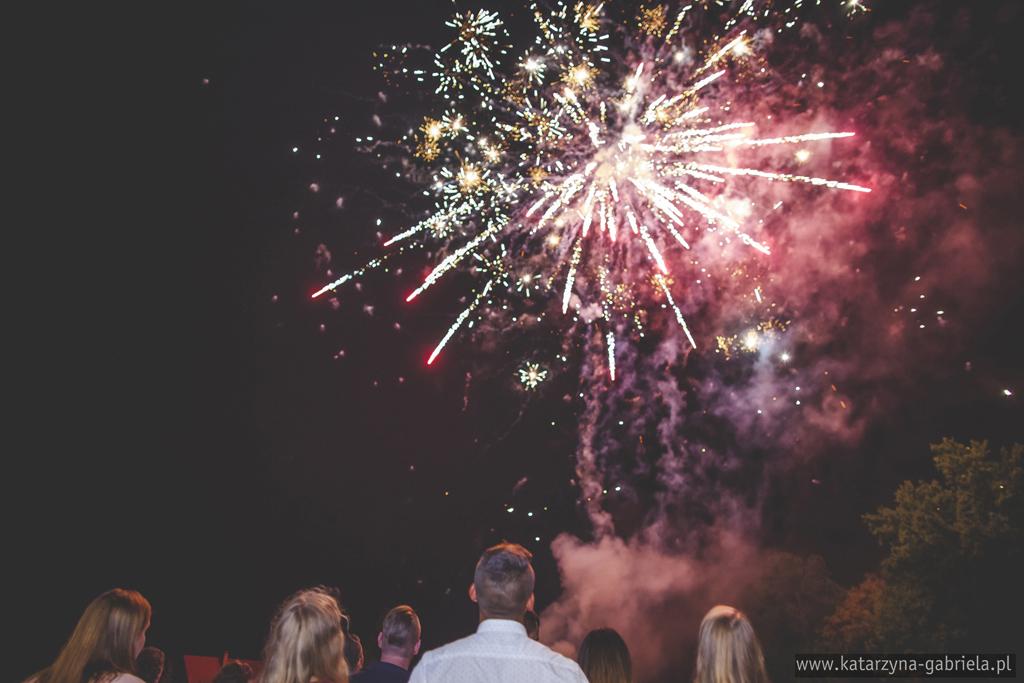 reportaż z poprawin, Ania i Marcin, artystyczna fotografia ślubna, fotografia okolicznościowa, katarzyna gabriela fotografia, Bocnia, Karków, plenerowe poprawiny, namiot, sztuczne ognie na ślubie,