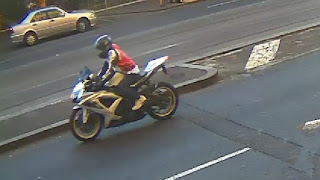 Cảnh sát đã công bố hình ảnh này của một tay đua xe máy liên quan đến vụ nổ súng.