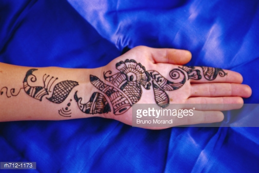 Mehndi designs in horizontal pattern