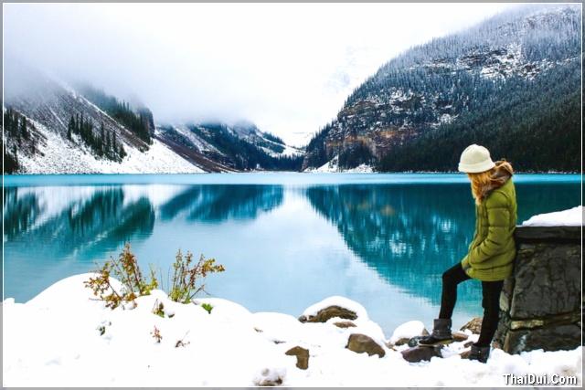 ảnh cô gái bên hồ nước mùa đông