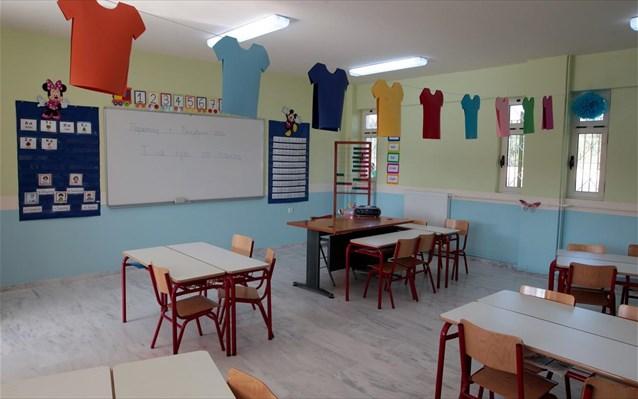 Δάσκαλος σε σχολείο των Καλαβρύτων μένει μέσα σε αίθουσα διδασκαλίας