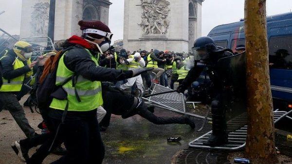 Chalecos Amarillos de Francia son reprimidos con gases y golpes