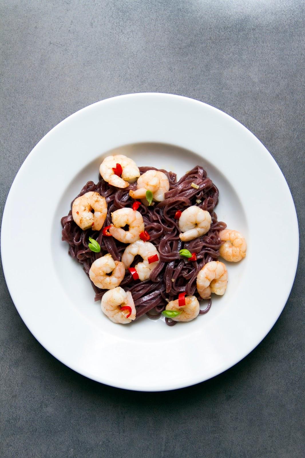 Krewetki z czarnym makaronem ryżowym.