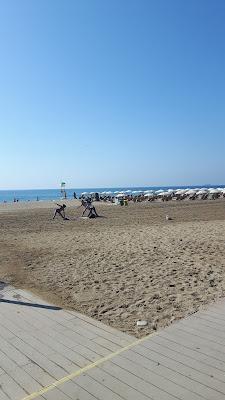 Yoga am Strand von Barcelona