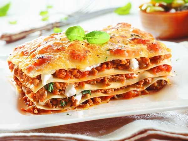 Слои начинки могут быть из мясного рагу или фарша, помидоров, шпината , прочих овощей , сыра пармезан. Традиционное блюдо итальянской кухни.