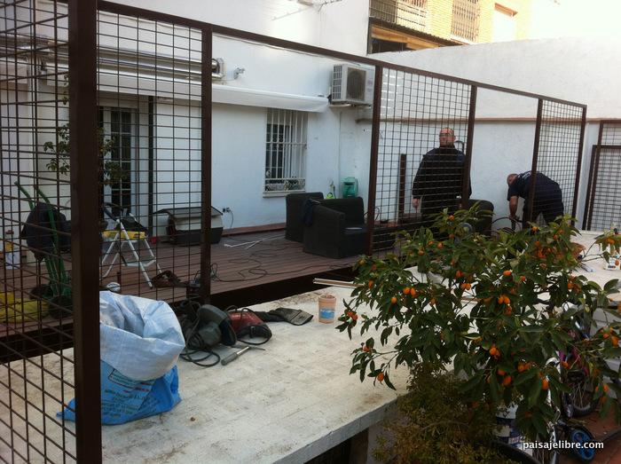 C mo transformar un patio urbano con paisajismo tarima y - Celosia con jardinera ...