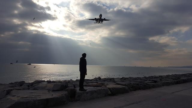 """Ödüllü Fotoğraf; """"Boeing 777 Aşkına"""" Florya Sahilinde Turkish Airlines tescilli bir Boeing 777-300ER ve altında Harun İstenci"""