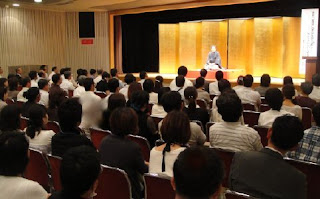教員研修大会での講師・三遊亭楽春のコミュニケーション講演会の風景。