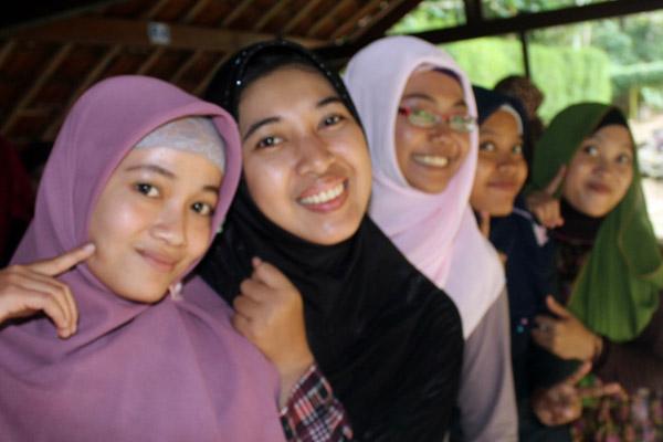 muslimah senyum bahagia