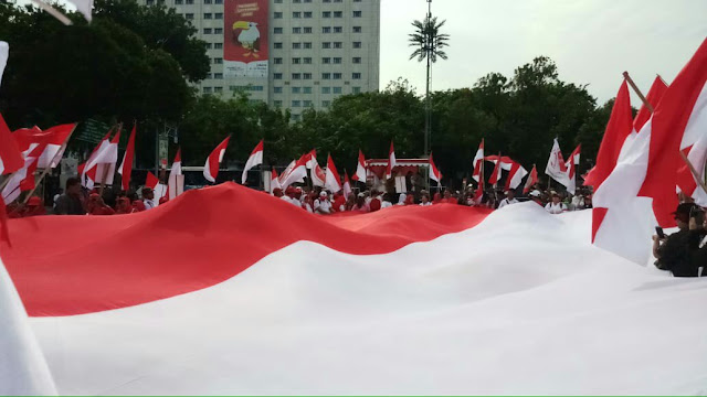Gerakan Jaga Indonesia Kibarkan Bendera Merah Putih Raksasa di Monas