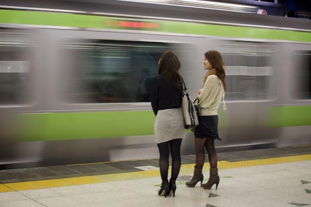 Japonesas en una estación de tren