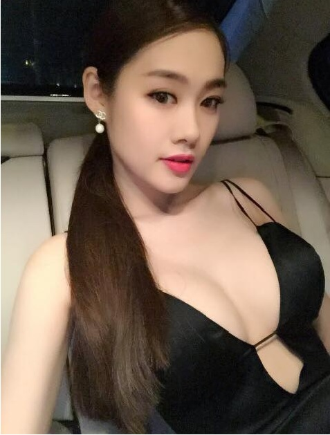 Á Hâu Linh Chi khoe ngực khủng 3