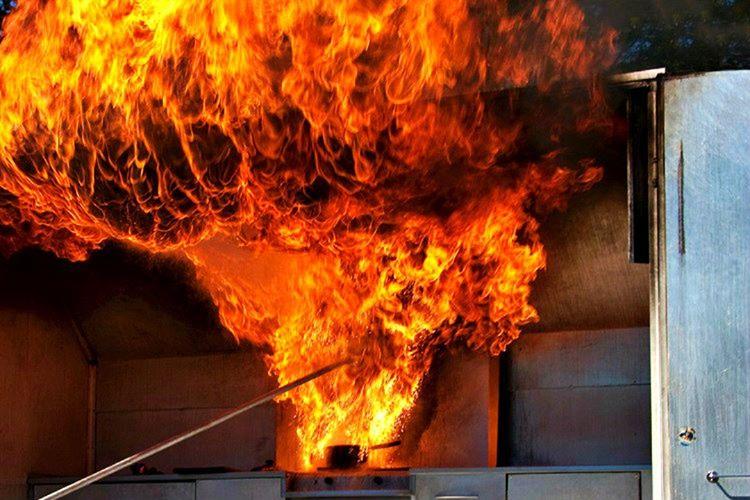 Yağ nedeniyle çıkan bir yangını söndürürken su kullanmayın, çünkü su alevi büyütür.