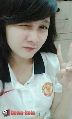 gadis bola asia MU jersey putih