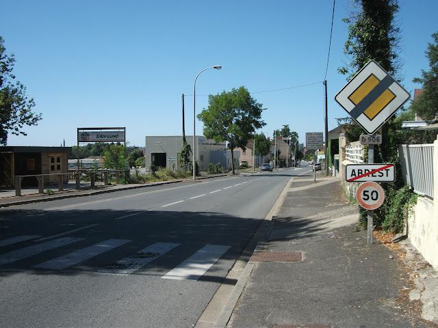 21 juillet 2015 : le panneau d'entrée d'agglomération a encore disparu.