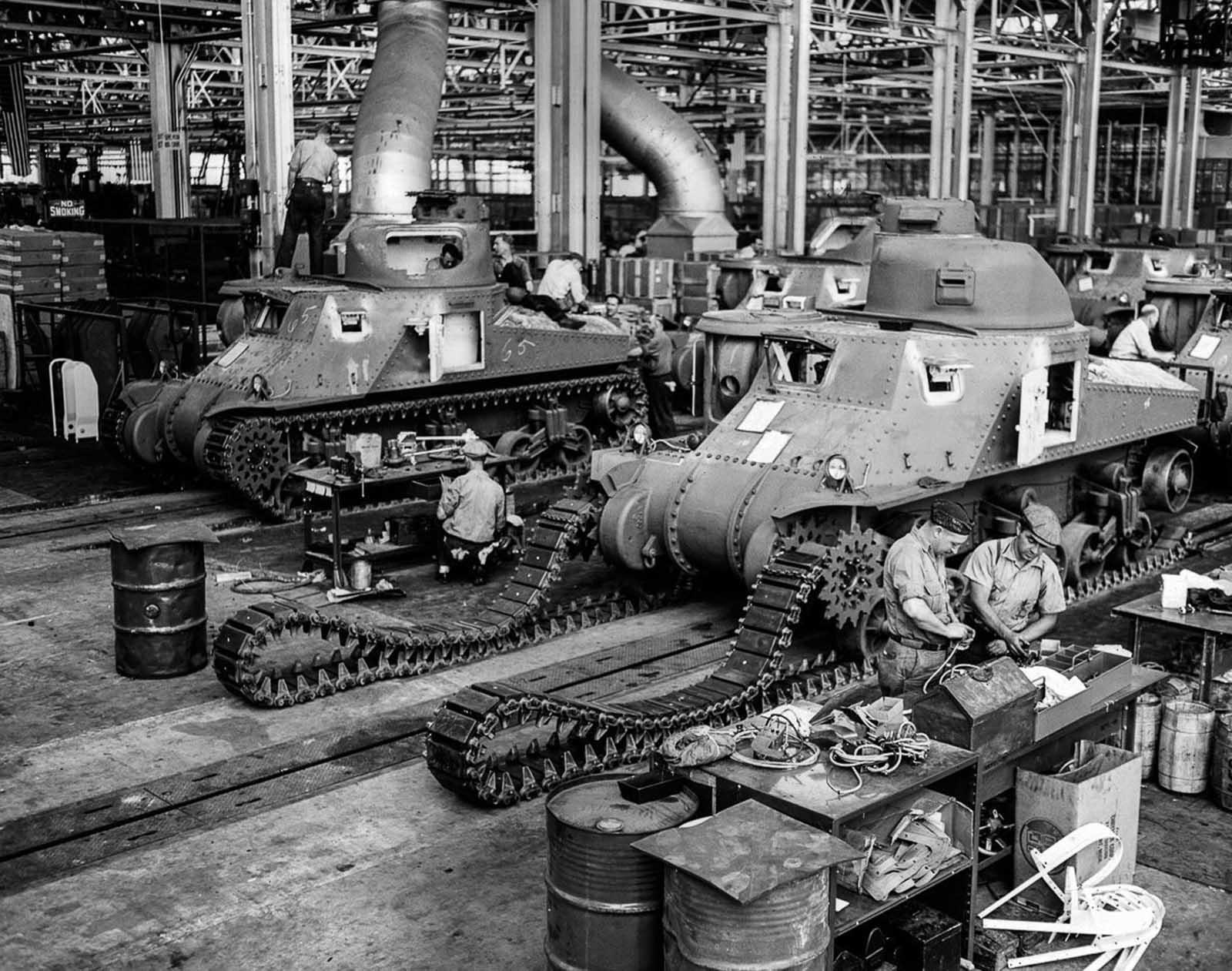 Los trabajadores ensamblan tanques M-3 en una fábrica estadounidense. 1942.