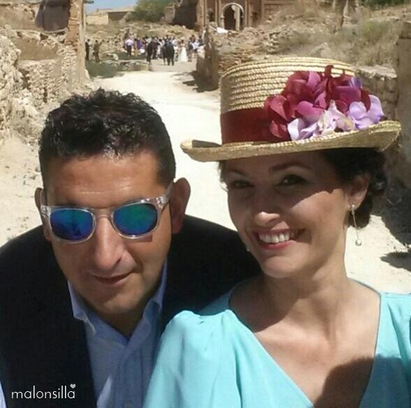 Invitada boda primer plano con su pareja y chistera Hevia by malonsilla