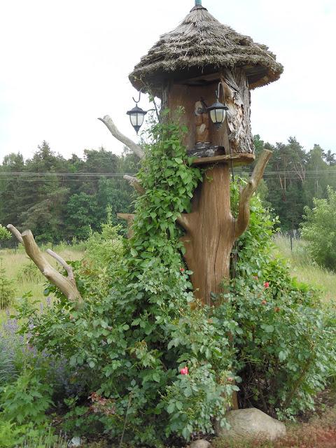 kapliczka, ozdoby ogrodowe, drewno w ogrodzie