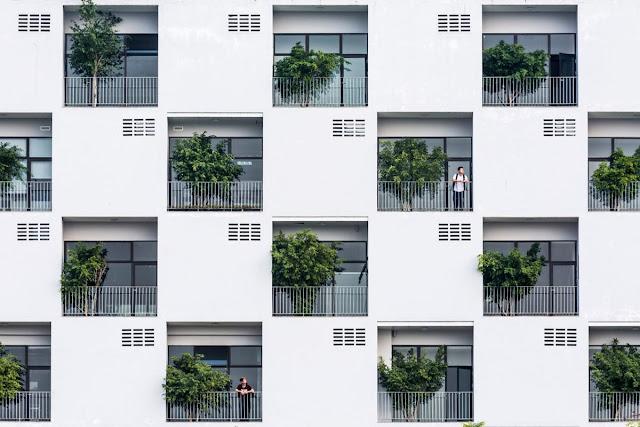 Pengulangan bentuk balkon pada sebuah gedung apartemen