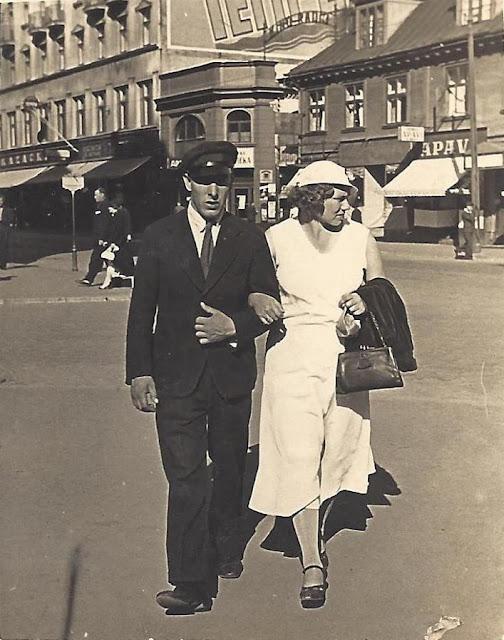1930-е годы. Рига. Жанис Липке с женой прогуливаются по улицам города