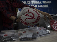 Pria Pakai Kaus Palu Arit ini, yang Dibeli pada 2012 Diamankan Anggota TNI