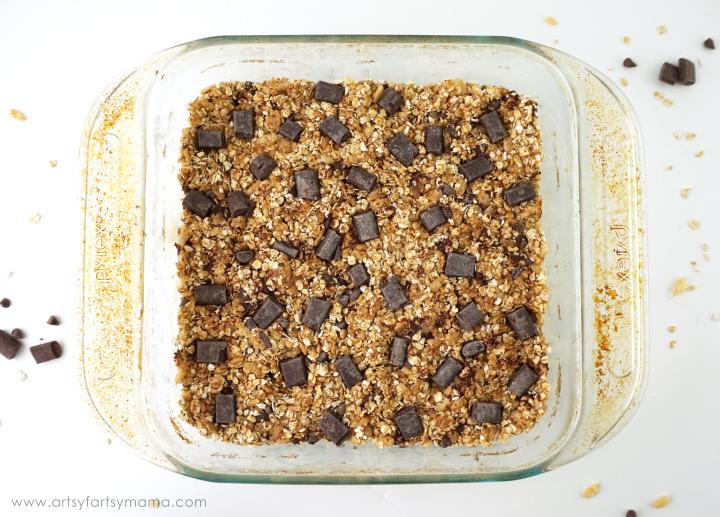 No-Bake Chewy Granola Bars Recipe at artsyfartsymama.com #Healthy4School