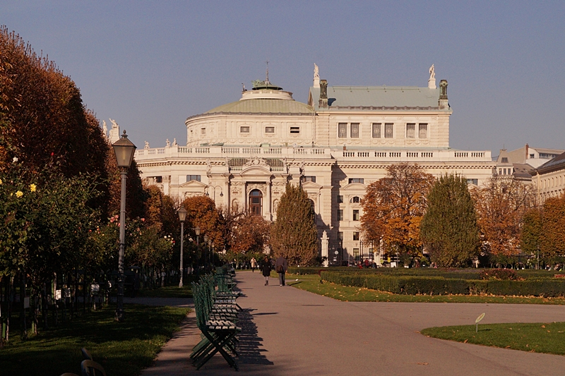Bundesgarten Volksgarten und Burgtheater Wien im Herbst