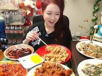 WOW!! Wanita Ini Raup Rp 67,3 Juta per Bulan dari Makan di Internet!