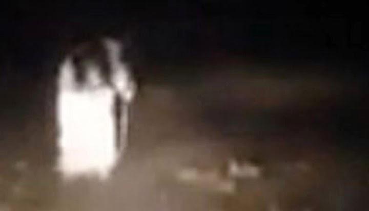Uma criatura assustadora surge no meio da mata, assombração surge e assusta todos em um estrada a /></a></div> <span style=