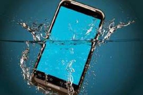 الهاتف المحمول - سقوط الهاتف فى الماء - انقاذ الهاتف عند سقوطة فى الماء - كيف اتعامل مع هاتفى عند سقوطة فى الماء - خطوات انقاذ الهاتف عند سقوطة فى الماء