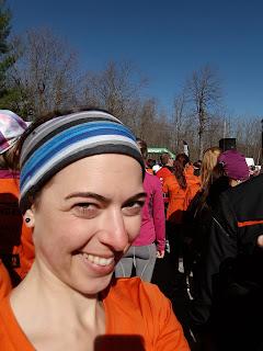 Coureuse souriante, Marathon des Érables, Mont-Saint-Grégoire, foule au départ