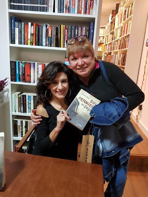 Nieves Reyes y María Loreto Navarro Pacheco tras la presentación de Sin permiso de papá. Blog Negro sobre Blanco