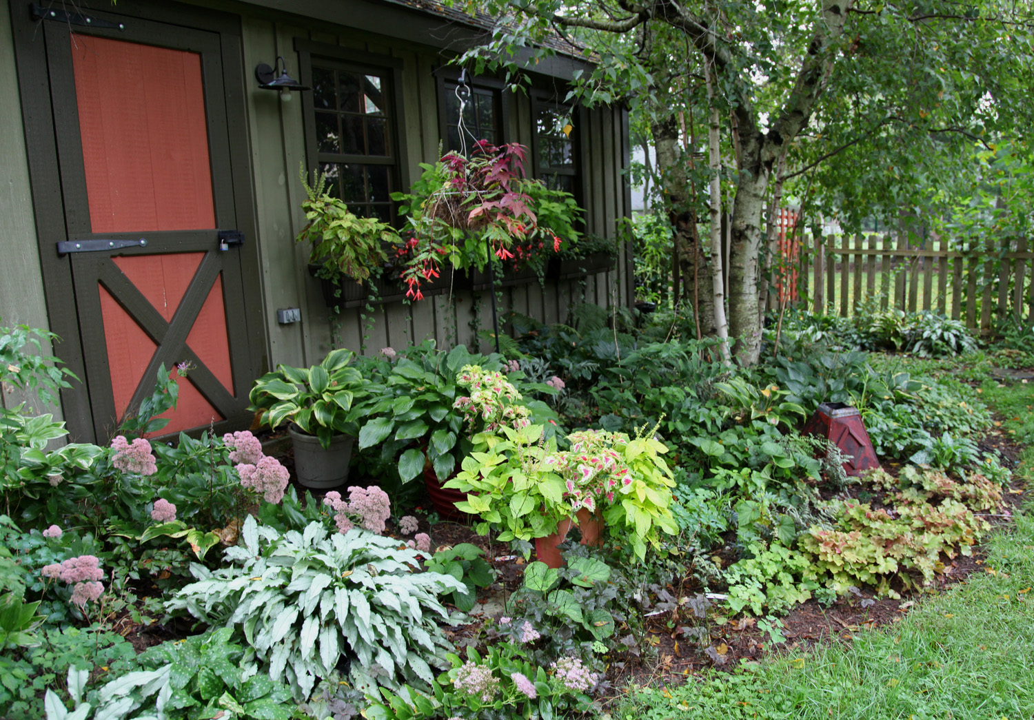 Decorating courtyard garden with simple landscape for Courtyard landscaping ideas
