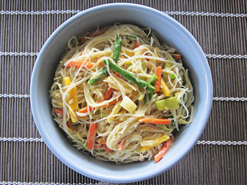 Fideos Chinos Con Verdura En Salsa De Curry Y Leche De Coco Hierbas Y Especias