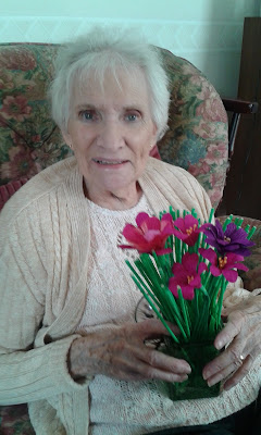 Making Paprer Flowers - Art Therapy for Alzheimer's