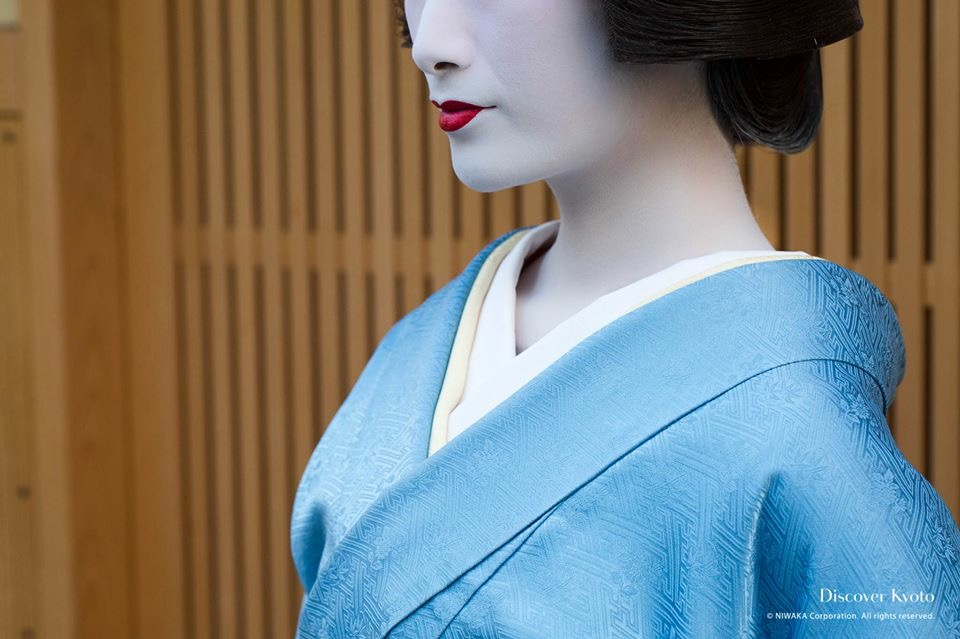 The collar of a geiko's under-kimono is plain white