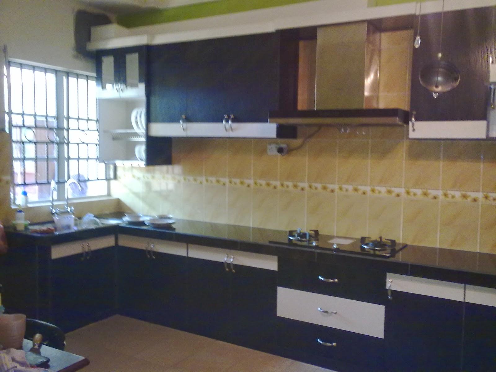 Kabinet Dapur Yang Berkonsep Moden Dengan Kemasan Warna Lat Gelap Dan Cerah
