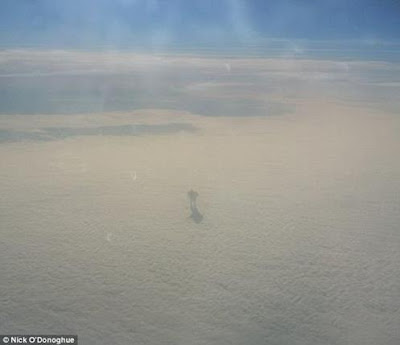 Sombra de uma figura misteriosa que anda em nuvens capturado por aeronaves de passageiros !!