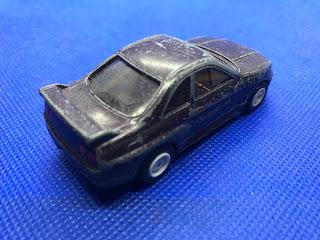 日産 スカイライン GT-Rのおんぼろミニカーを斜め後ろから撮影