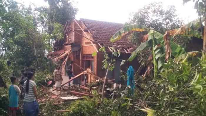 Angin Puting Beliung Terjang Ratusan Rumah di Maja-Lebak