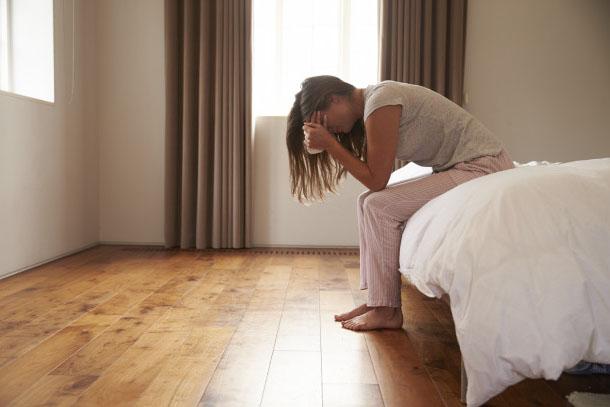 Amante sentada en la cama tratando de olvidar a un hombre casado