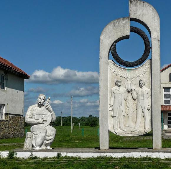 Братківці. Пам'ятник Шевченку і Франку