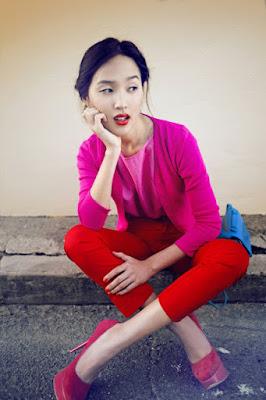Immagine di modella con look completo rosso e rosa